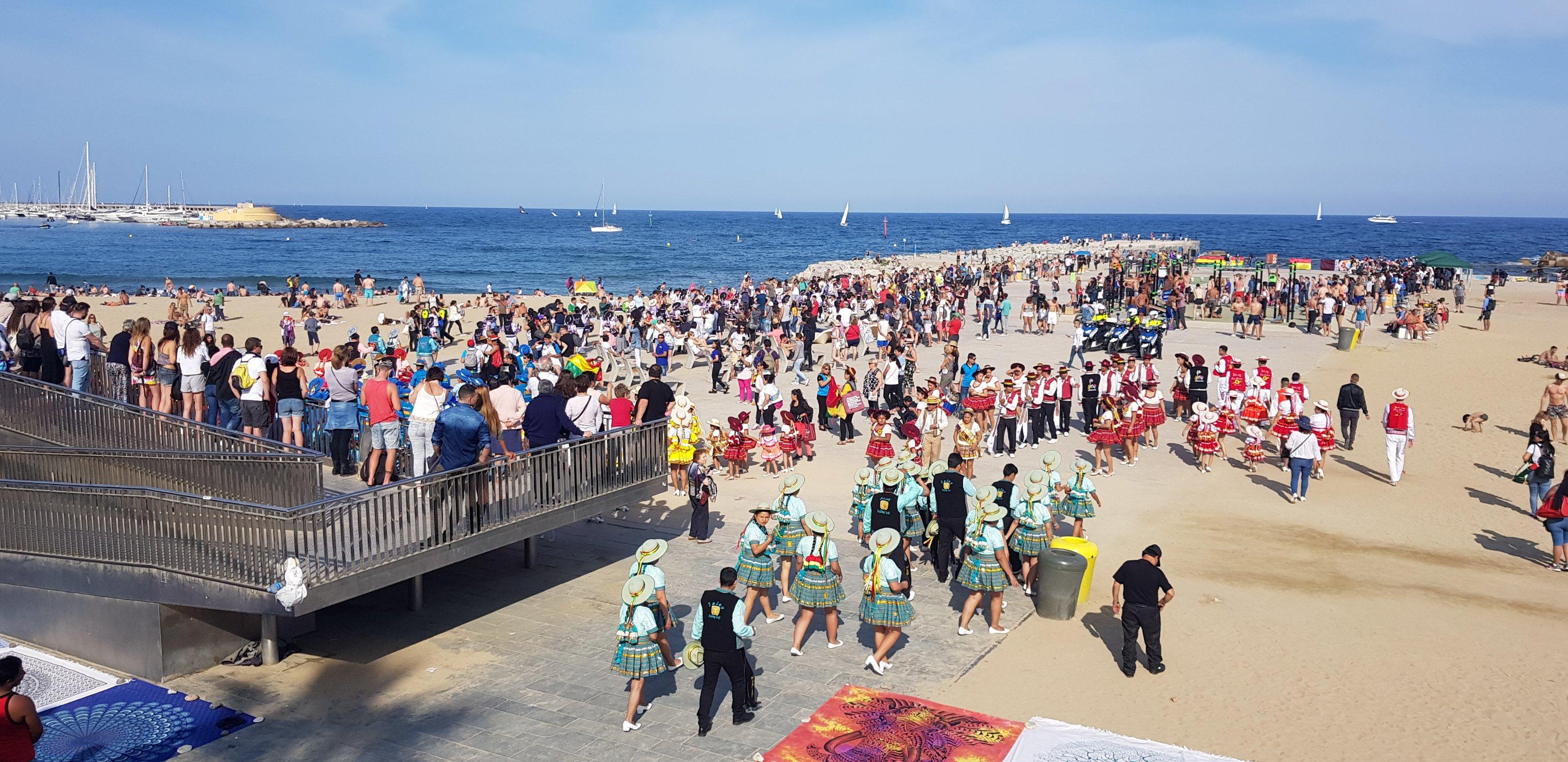 Het strand in Barcelona met dansoptredens