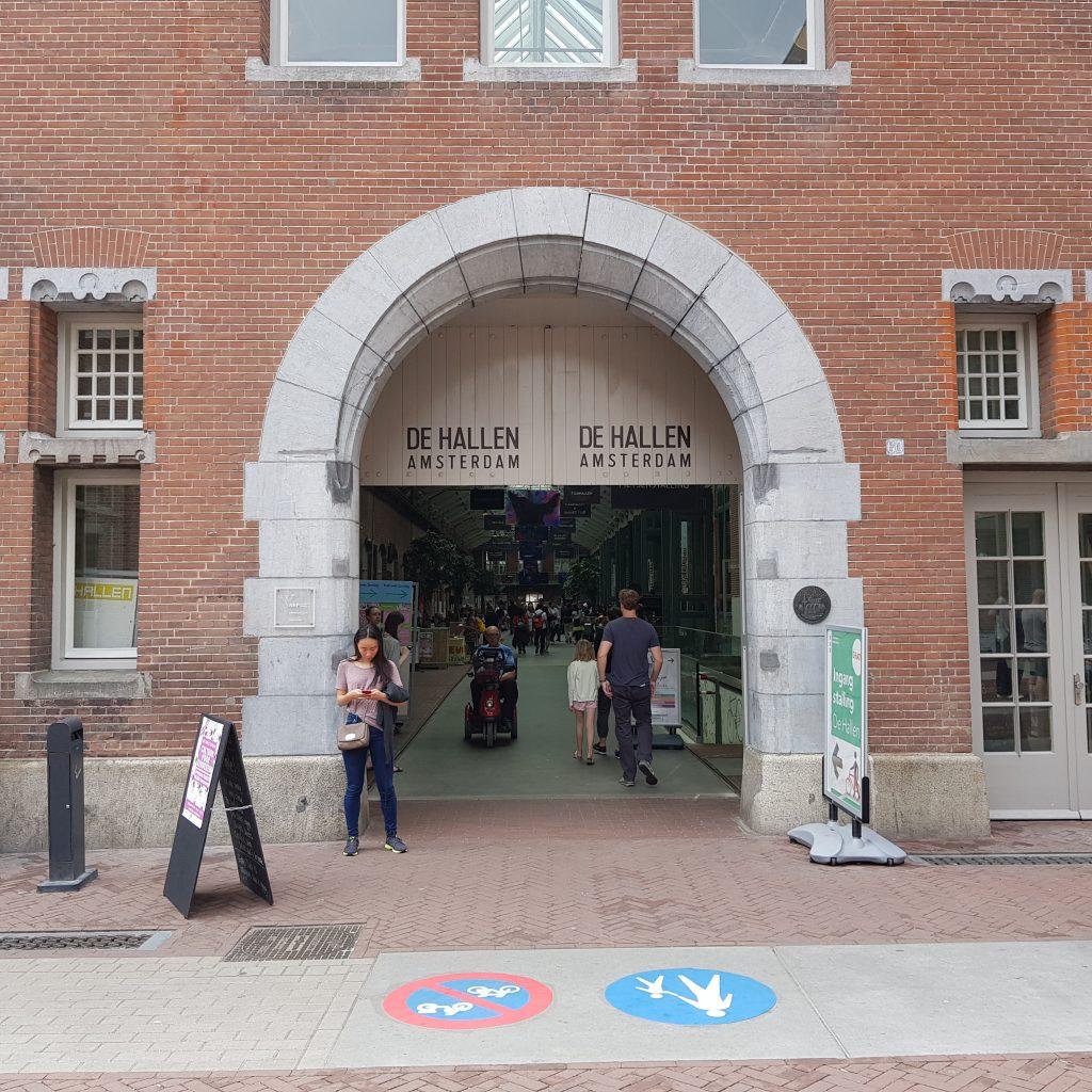 De ingang van de Foodhallen in Amsterdam