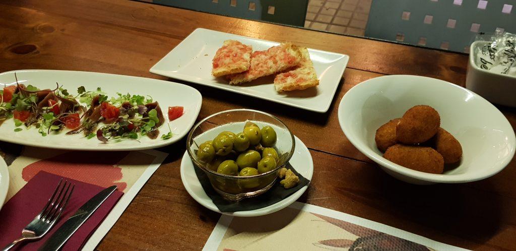 Eten in Barcelona moet je zeker in een van de tapas tentjes doen