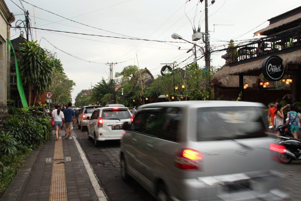Ubud is een drukke stad met druk verkeer