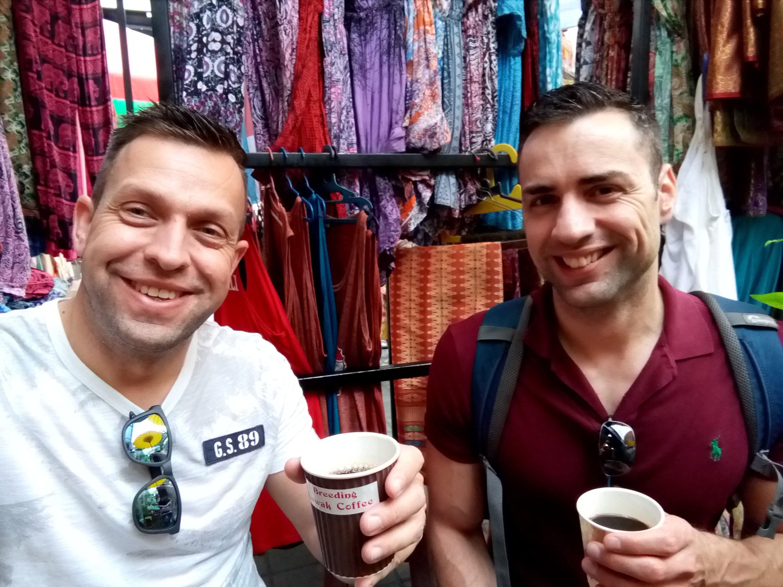 Koffie drinken op de lokale markt in Ubud