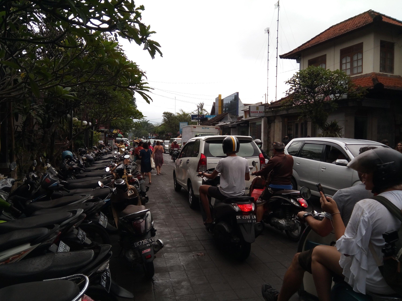 Het drukke verkeer in Ubud