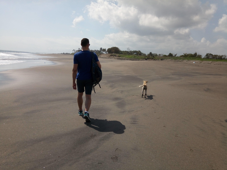 Gezellig met onze hond op het strand op Bali